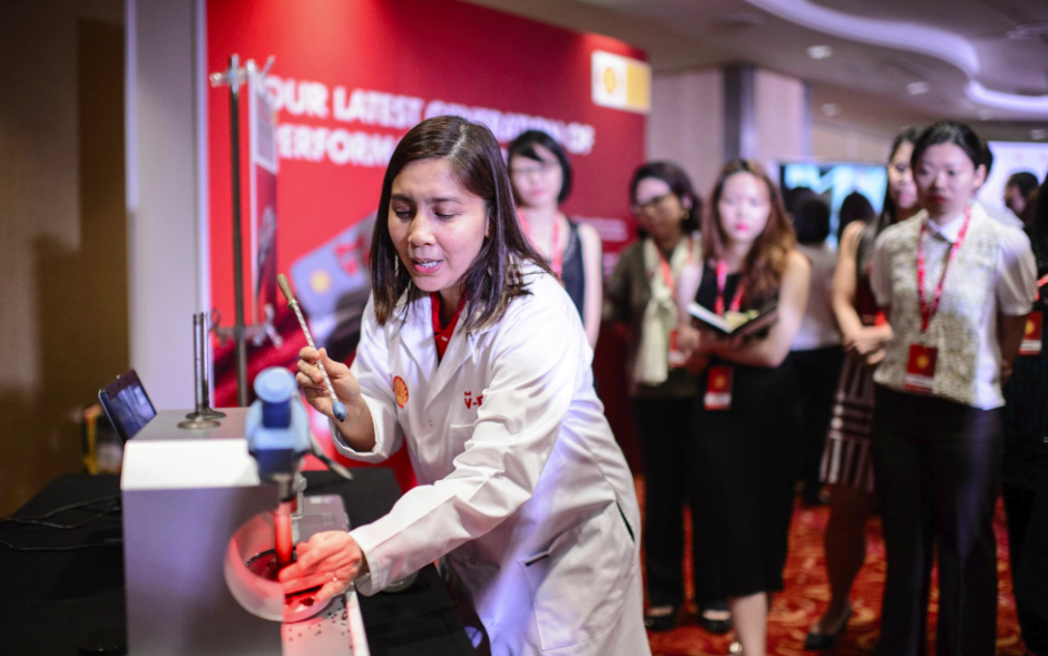 Mae Ascan, Shell Fuels Scientist, uses Haptics & Magnetic Detergency tools to demonstrate the benefits of Shell V-Power Nitro+.