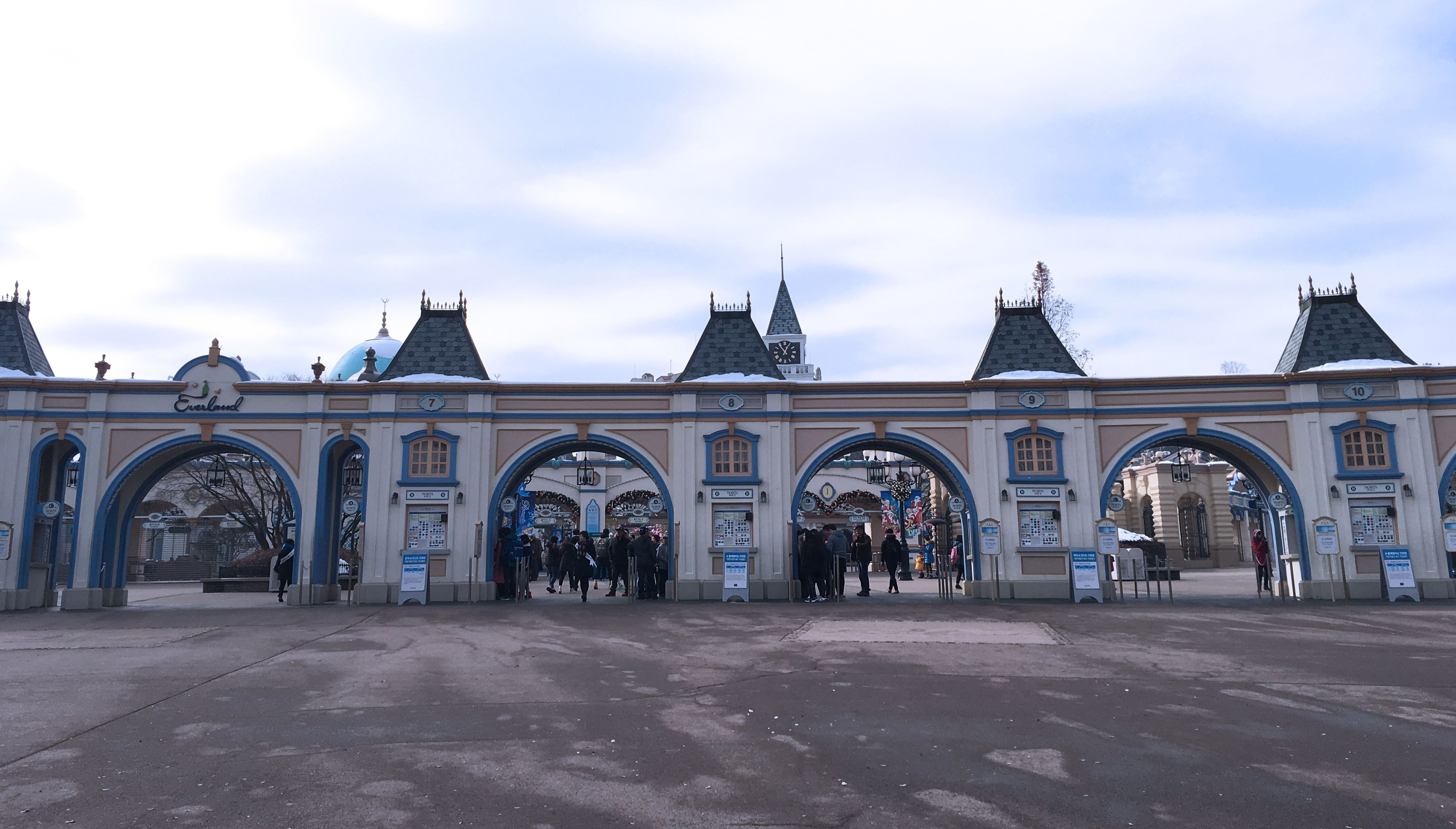 Entrance of Everland, a theme park that caters to both the young and old with a wide variety of rides.
