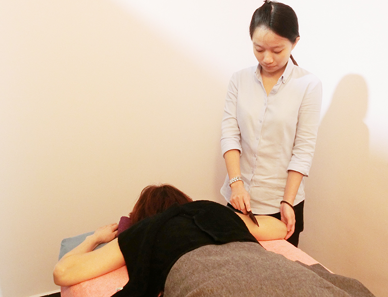 An Absolute Slimming staff uses guasha, a traditional Chinese medicine method, on a customer. Photo © Absolute Slimming.