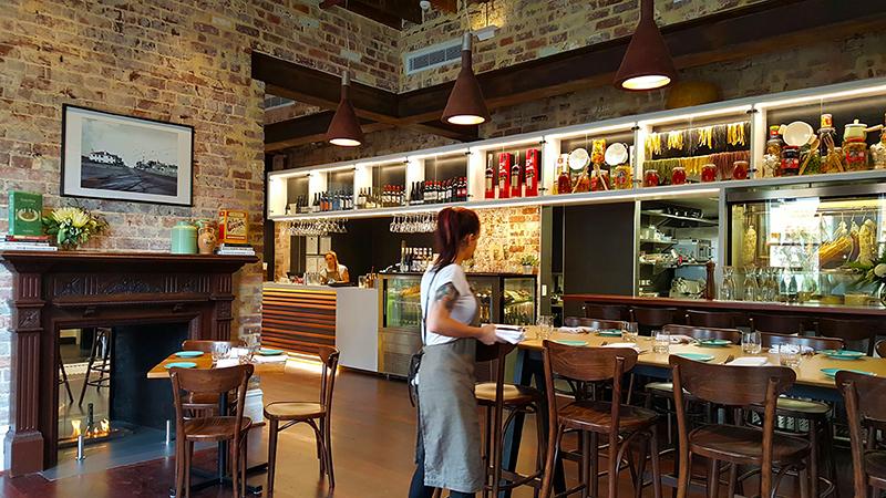 Julios_Restaurant_G_Setting_03