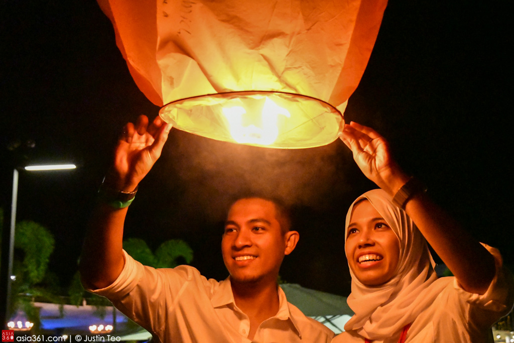 Letting aloft sky lanterns marks the end of the magical evening at Treasure Bay Bintan.